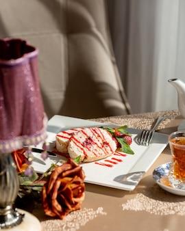 Beerenschwammkuchen bedeckt mit meringe