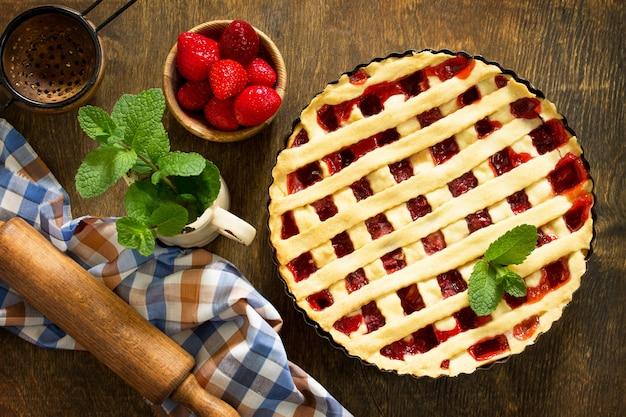 Beerentorte sommer süße tortentorte mit frischen beerenerdbeeren auf einem rustikalen küchentisch
