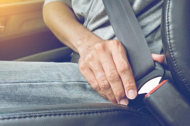 Befestigen sie den sicherheitsgurt des autos. sicherheitsgurt sicherheit zuerst