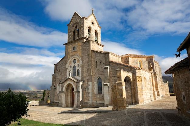 Befestigte kirche von san vicente ma¡rtir und san sebastia¡n in der stadt frias