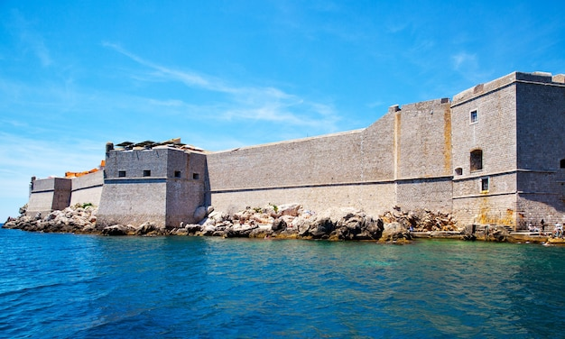 Befestigte stadtmauern von dubrovnik vom meer, kroatien