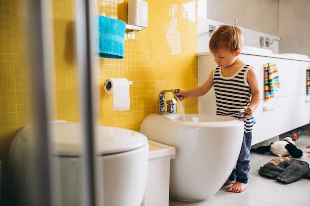 Befestigung des kleinen jungen im badezimmer