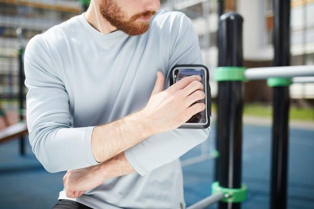 Befestigung des smartphones im fall auf der schulter