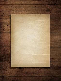 Beflecktes altes papier auf einem grunge holzhintergrund