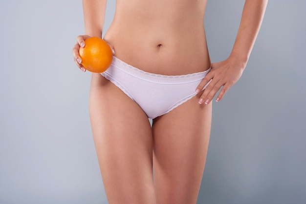 Befreien sie sich von cellulite an den oberschenkeln