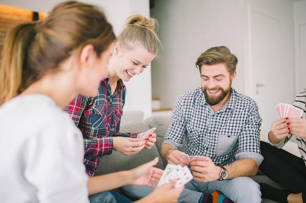 Begeisterte freunde, die kartenspiel genießen