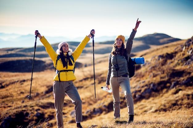 Begeisterte wandererinnen mit erhobenen händen