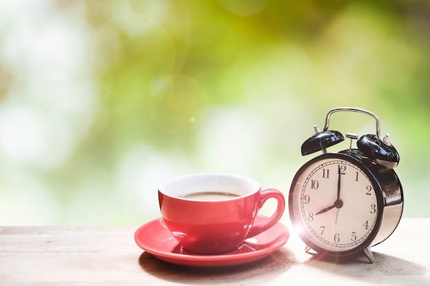 Beginnen sie den morgen mit einer tasse heißen kaffee.