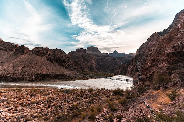 Beginnen sie den tag am colorado river auf der bright angel trailhead route im grand canyon. arizona