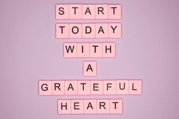 Beginnen sie heute mit einem dankbaren herzen. motivationszitat.
