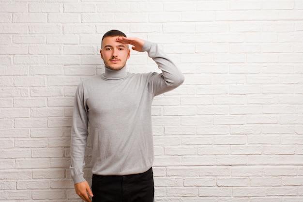 Begrüßung der kamera mit einem militärischen gruß in einem akt der ehre und des patriotismus, der respekt zeigt