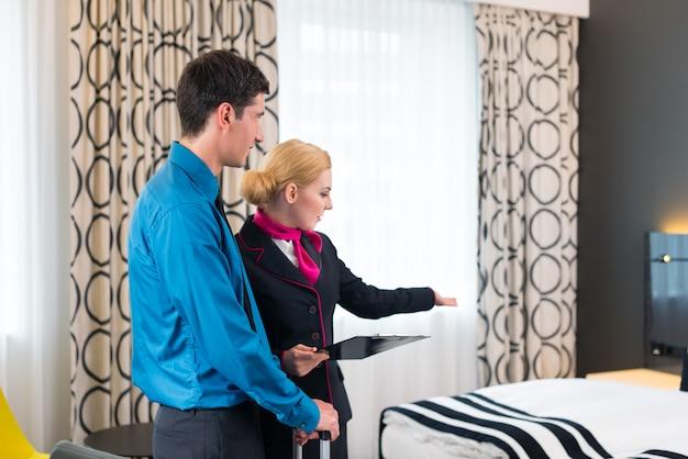 Begrüßungsgast des hotelmanagers, der raum zeigt