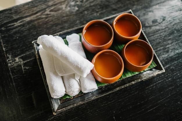 Begrüßungsgetränk mit erfrischendem handtuch