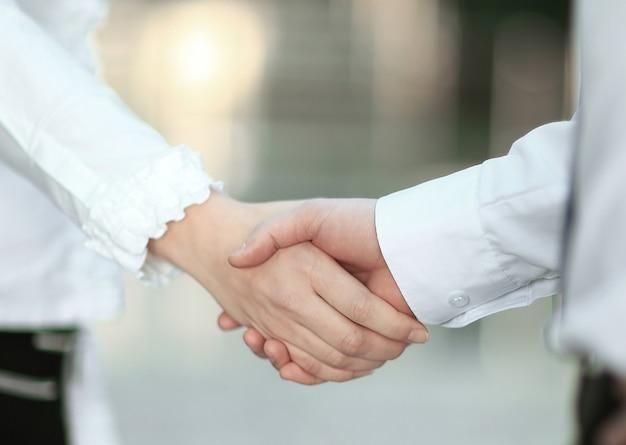 Begrüßungshandschlag eines managers und des kunden im büro