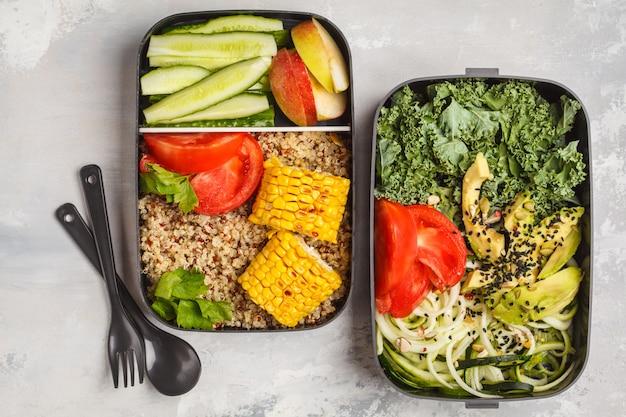 Behälter für gesunde mahlzeit mit quinoa, avocado, mais, zucchini-nudeln und grünkohl. essen zum mitnehmen.