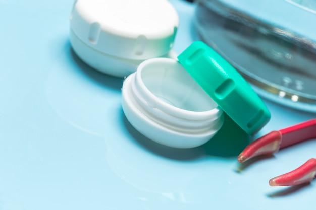 Behälter für kontaktlinsen, pinzette, glastisch