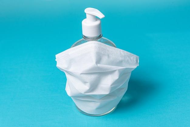 Behälter mit alkoholgel und op-maske
