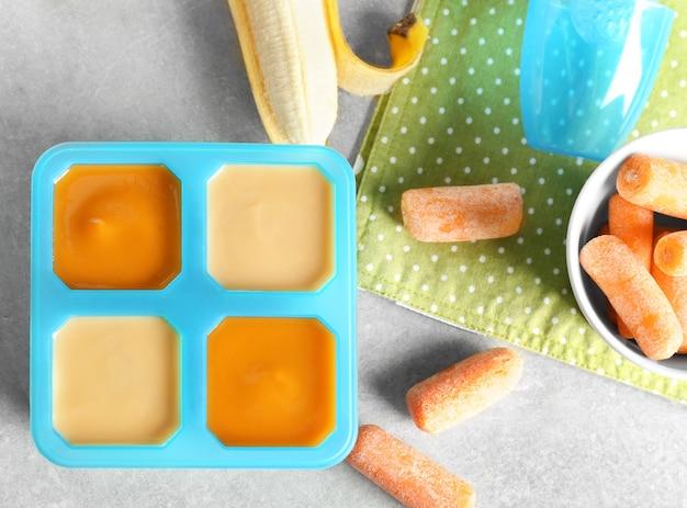 Behälter mit babynahrung auf dem tisch