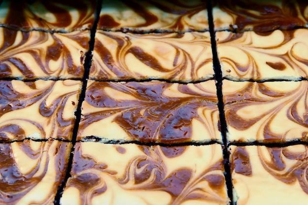 Behälter mit frischem buntem schokoladenkuchen backt am bäckereishop zusammen