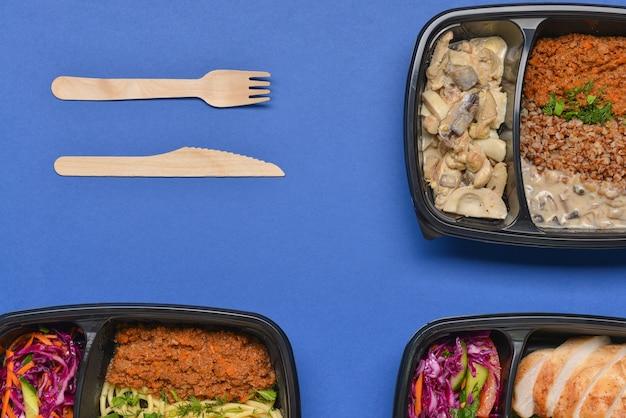 Behälter mit gesundem essen auf farbe