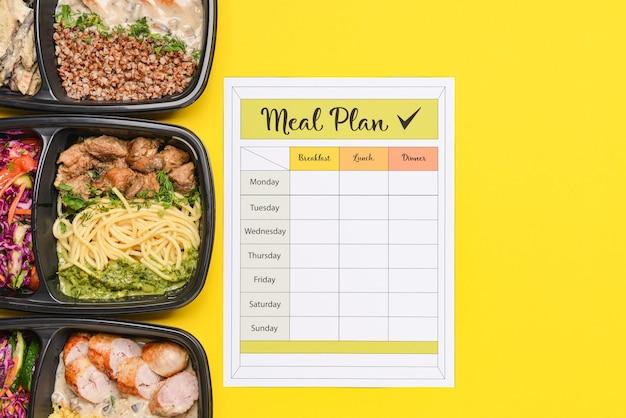Behälter mit gesundem essen und speiseplan auf farbe