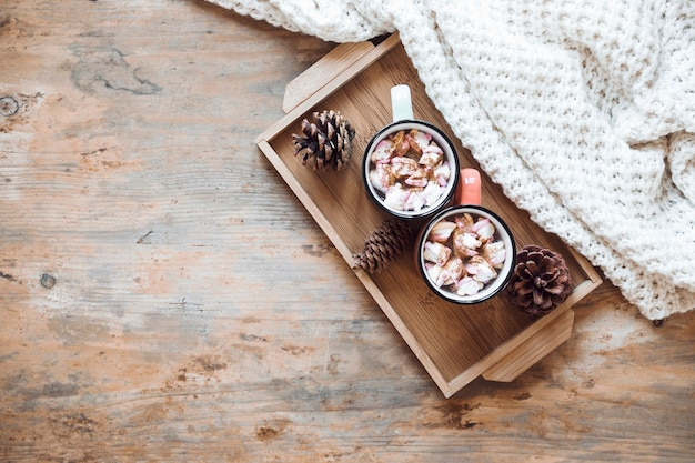 Behälter mit heißer schokolade nahe decke