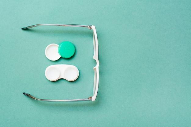 Behälter mit linsen und gläsern öffnen