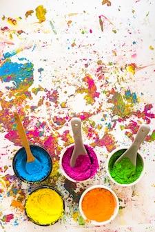 Behälter mit löffeln und verschiedenen hellen trockenen farben