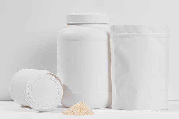 Behälter mit nahrungsergänzungsmitteln auf dem schreibtisch