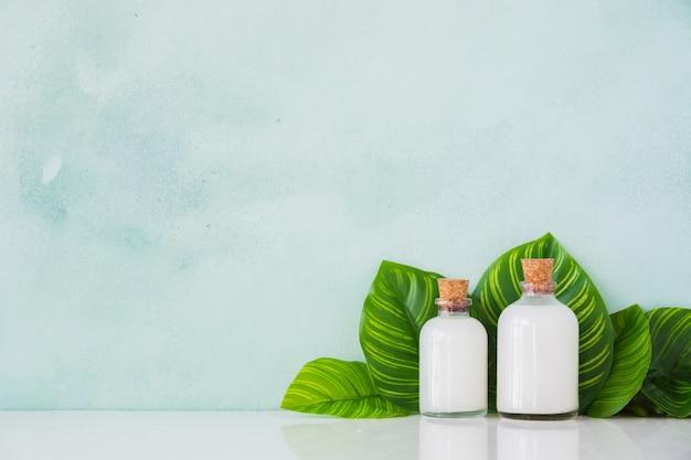 Behälter mit produkten auf tabelle mit kopienraum
