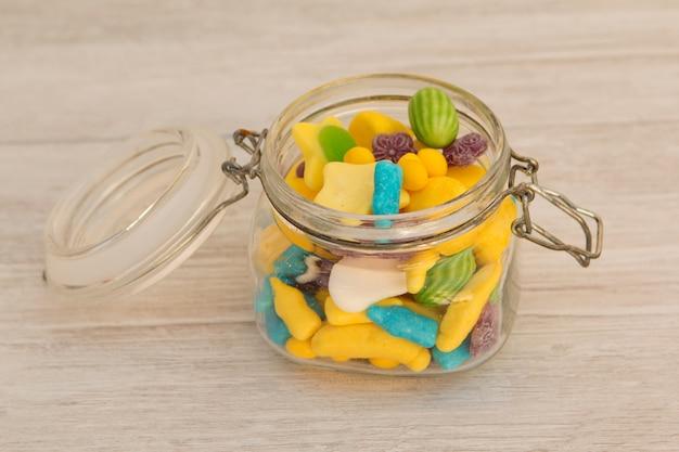 Behälterglas gefüllt mit süßigkeiten