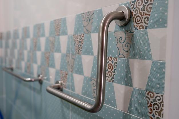 Behandeln sie die sicherheit im toilettenbad auf der krankenstation für patienten, gesundes, starkes medizinisches konzept.