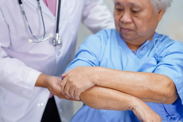 Behandeln sie sorgfalt, helfen sie und stützen sie älteren frauenpatienten am krankenhaus.