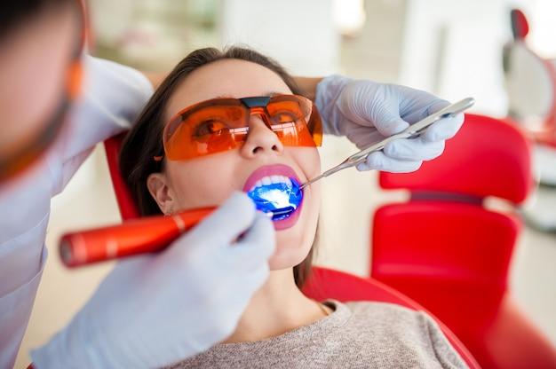 Behandlung des schönen mädchens der hellen dichtung in der zahnheilkunde.