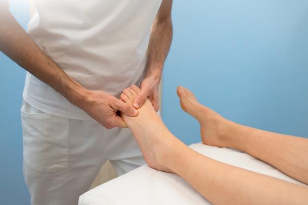 Behandlung und fußmassage durch einen professionellen physiotherapeuten