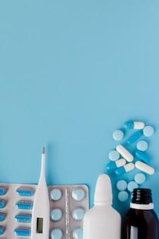 Behandlung von erkältungen und grippe. verschiedene medikamente und ein thermometer