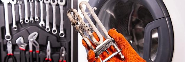 Behandlung von kalziumablagerungen im warmwasserbereiter. kalk auf dem heizelement für die waschmaschine. heizelement austauschen.