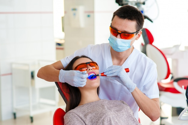 Behandlung von karies, moderne medizin. stomatologie.