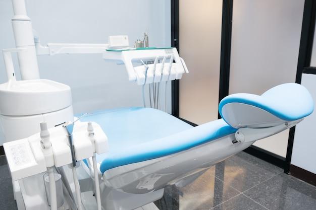 Behandlungsstuhl und anderes zubehör, das von zahnärzten im büro verwendet wird.