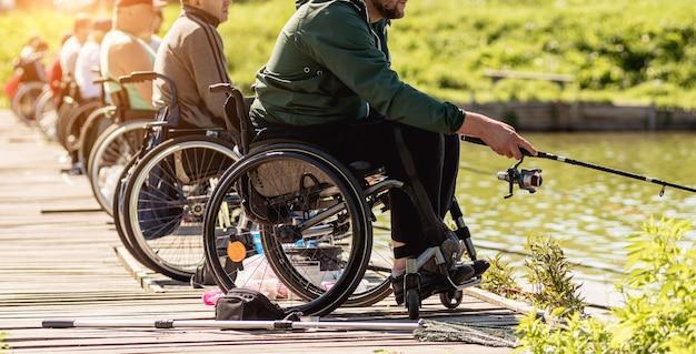 Behinderte bedeuten im rollstuhl angeln