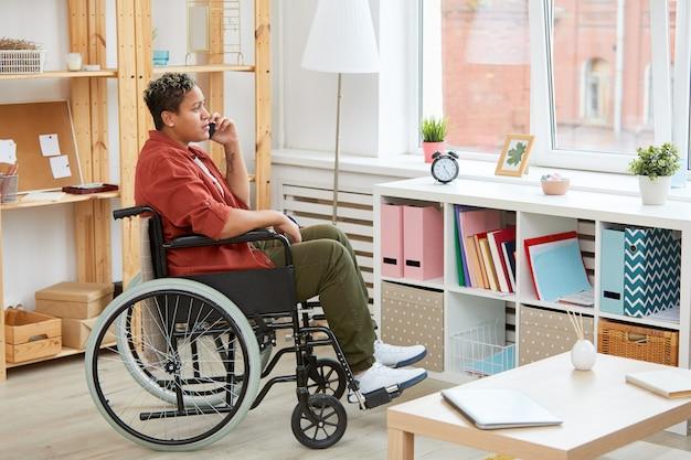 Behinderte frau, die am telefon spricht