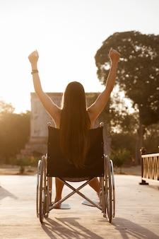 Behinderte frau, die ein lebensziel erreicht. erfolg und harte arbeit für behinderte.