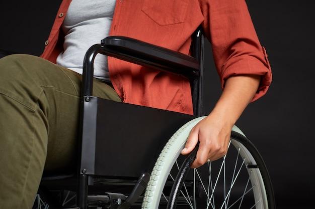 Behinderte frau im rollstuhl