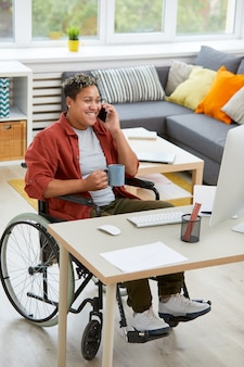 Behinderte geschäftsfrau bei der arbeit