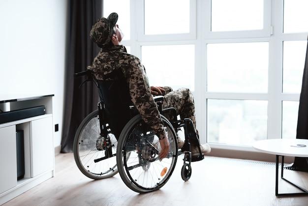 Behinderte in militäruniform im rollstuhl.