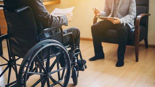 Behinderte kehren nach einer rehabilitationsausbildung zur arbeit zurück.