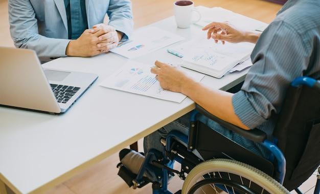 Behinderte menschen im rollstuhl können nach der rehabilitation wieder arbeiten