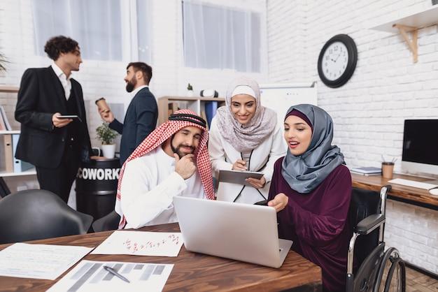 Behinderte muslime beim informellen bürotreffen.