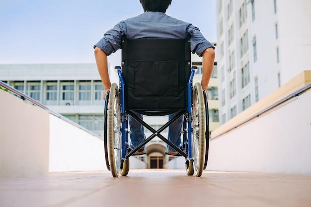 Behinderte oder behinderte menschen im rollstuhl