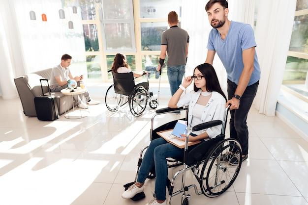 Behinderte und freiwillige reisen zusammen.